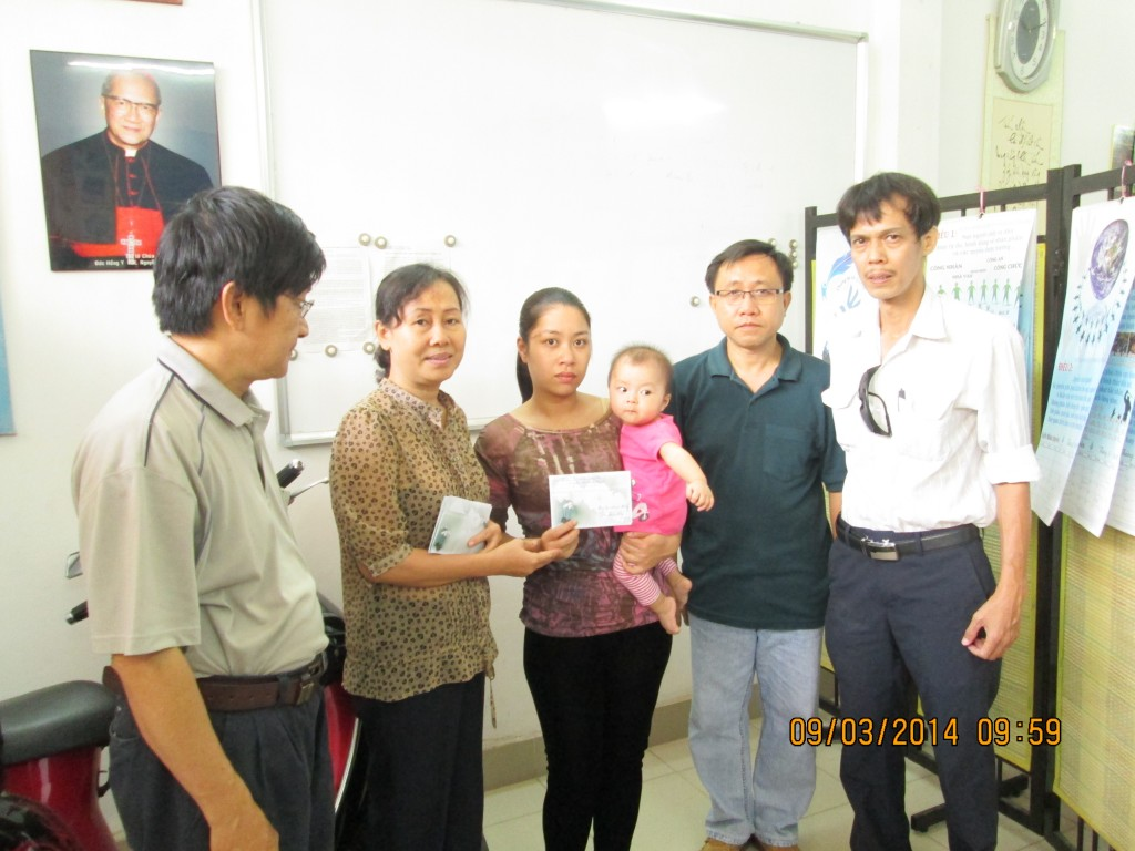 Ms Duong Thi Tan (former wife of political prisoner Nguyen Van Hai- Dieu Cay), Mr. Truong Minh Duc, Mr. Nguyen Bac Truyen and Mr. Pham Chi Dung presented a gift for Ms. Bui Thi Minh Hang's family.