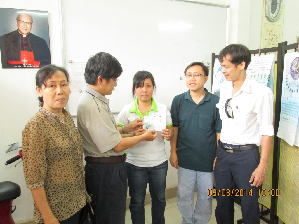 Mr. Truong Minh Duc delivered a gift for the family of Ms. Nguyen Thi Thuy Quynh through Ms. Phuong, an officer of Justice & Peace Office